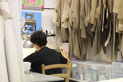 Cosiendo en el taller de Bondesio
