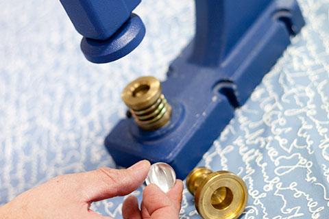 Forrando botones en el taller de Bondesio