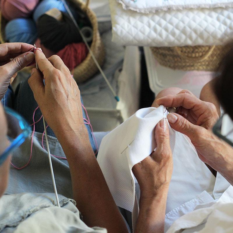 Tejiendo y bordando a mano en Bondesiobebe