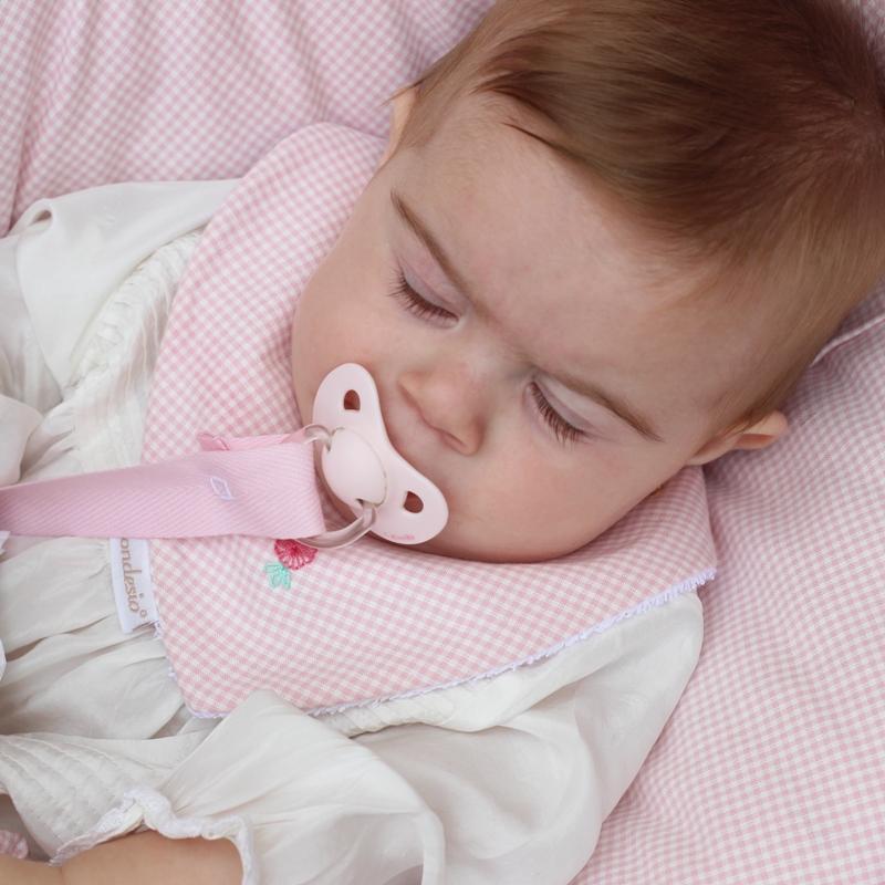 Complementos bebé, bebé durmiendo, chupetero, bandana, textil bebé