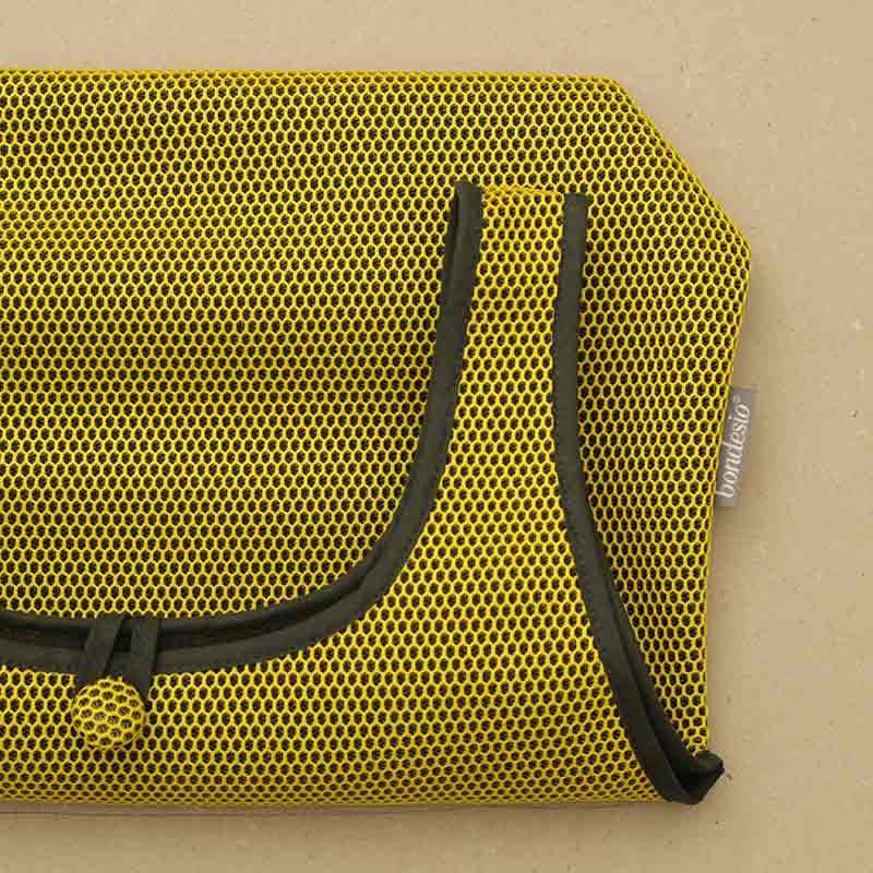 Detalle Bolso Camiseta amarillo confeccionado en tejido transpirable Brisa diseño propio