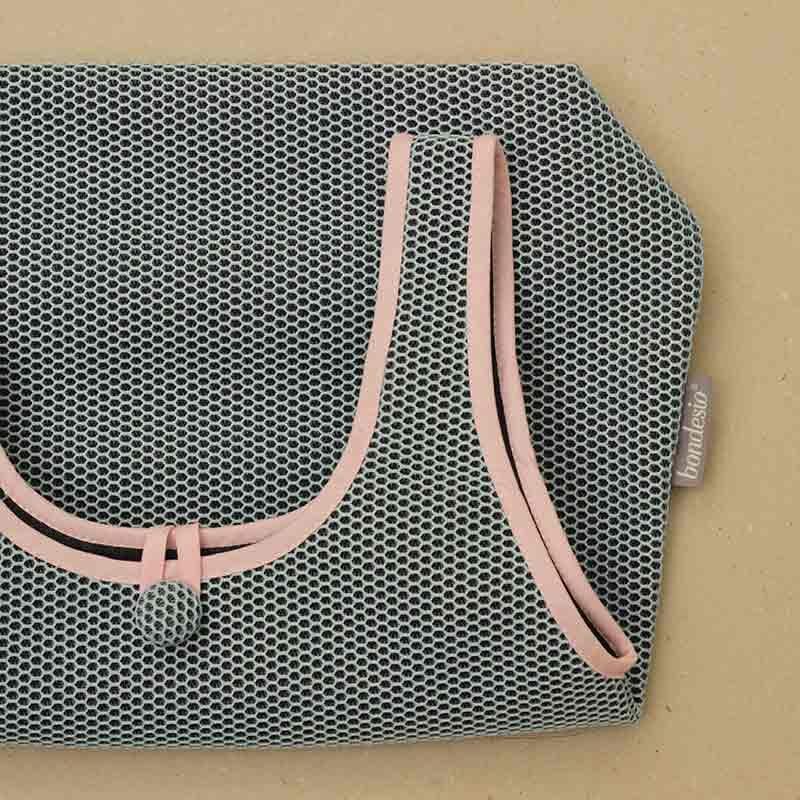 Detalle Bolso Camiseta azul confeccionado en tejido transpirable Brisa diseño propio