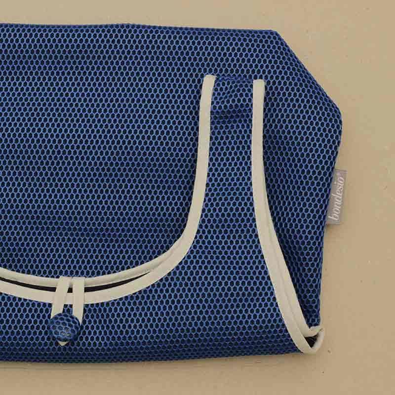 Detalle Bolso Camiseta azul klein confeccionado en tejido transpirable Brisa diseño propio
