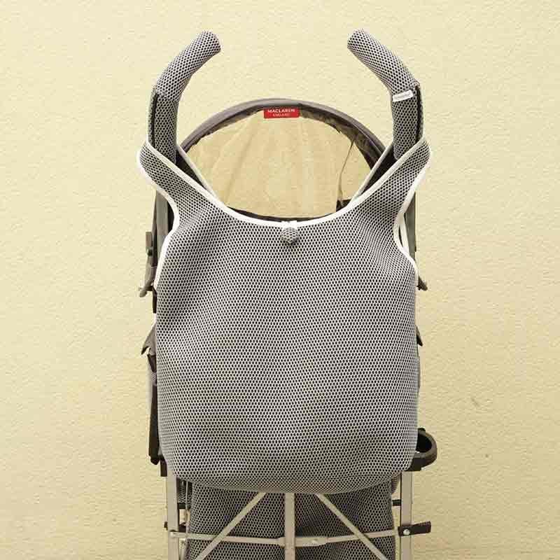Bolso camiseta gris para silla de paseo tipo Maclaren confeccionado en tejido transpirable