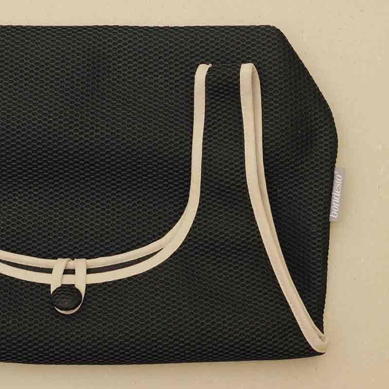 Detalle Bolso Camiseta negro confeccionado en tejido transpirable Brisa diseño propio