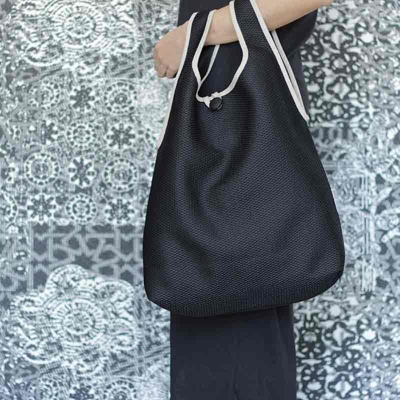 Bolso Camiseta negro confeccionado en tejido transpirable Brisa diseño propio