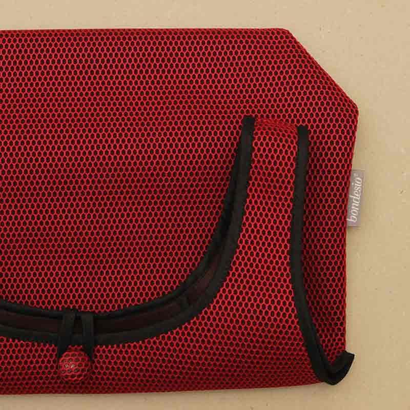 Detalle Bolso Camiseta rojo confeccionado en tejido transpirable Brisa diseño propio