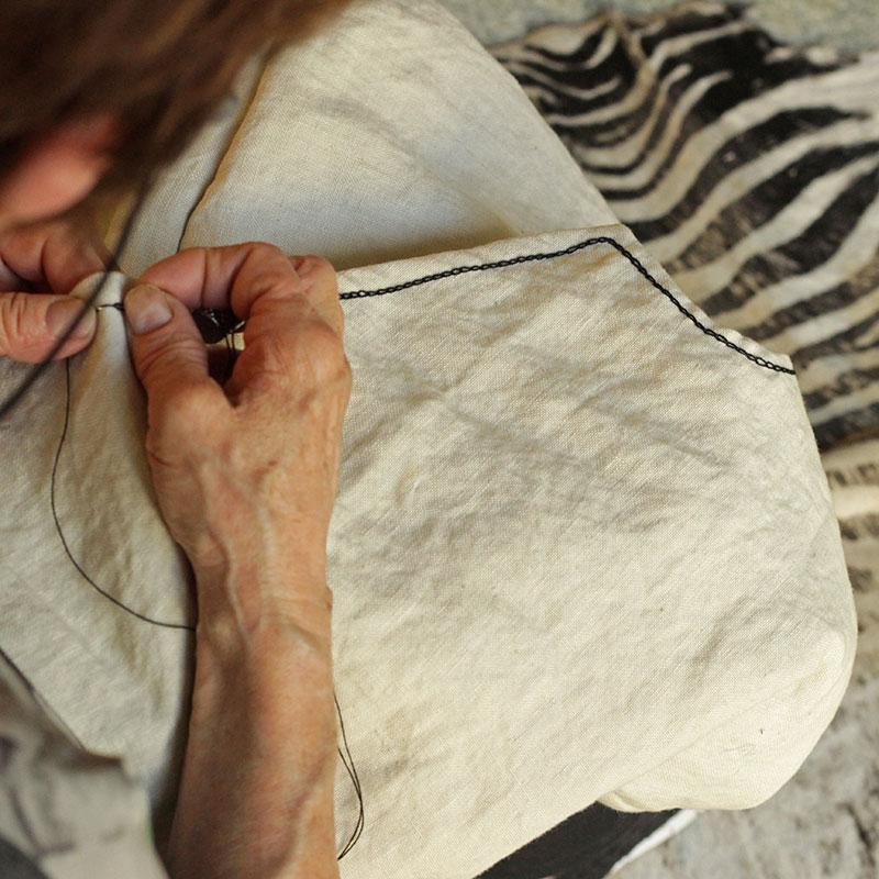 Bordando a mano de modo artesanal para productos Bondesio