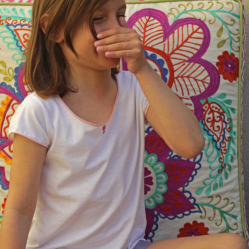 Camiseta niña festoneada y bordada a mano - diseñada por Bondesio