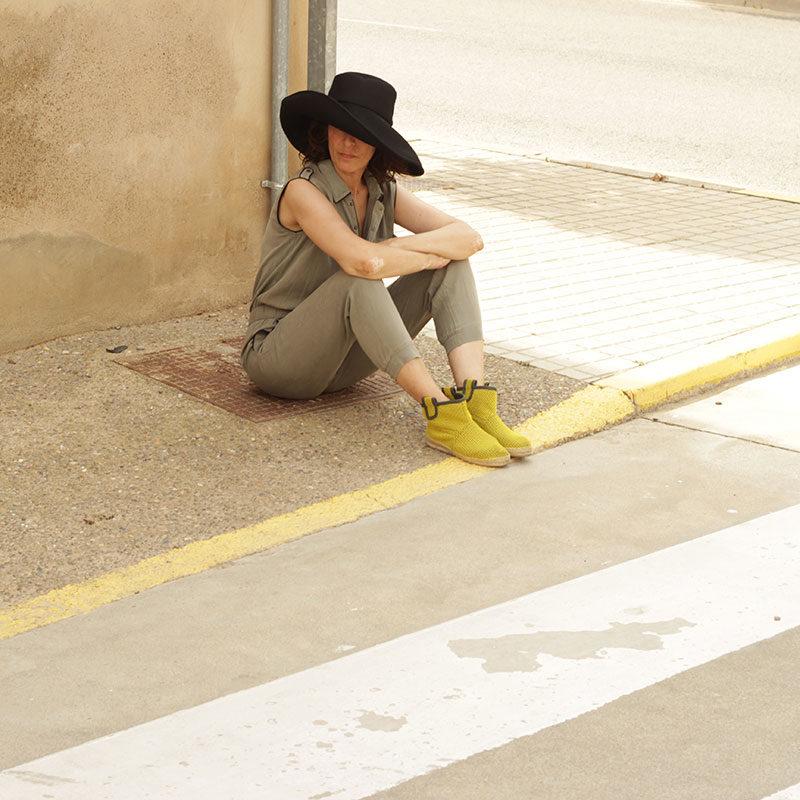 Look BOndesio de Pamela y botas Brisa confeccionados en tejdio transpirable con diseño propio