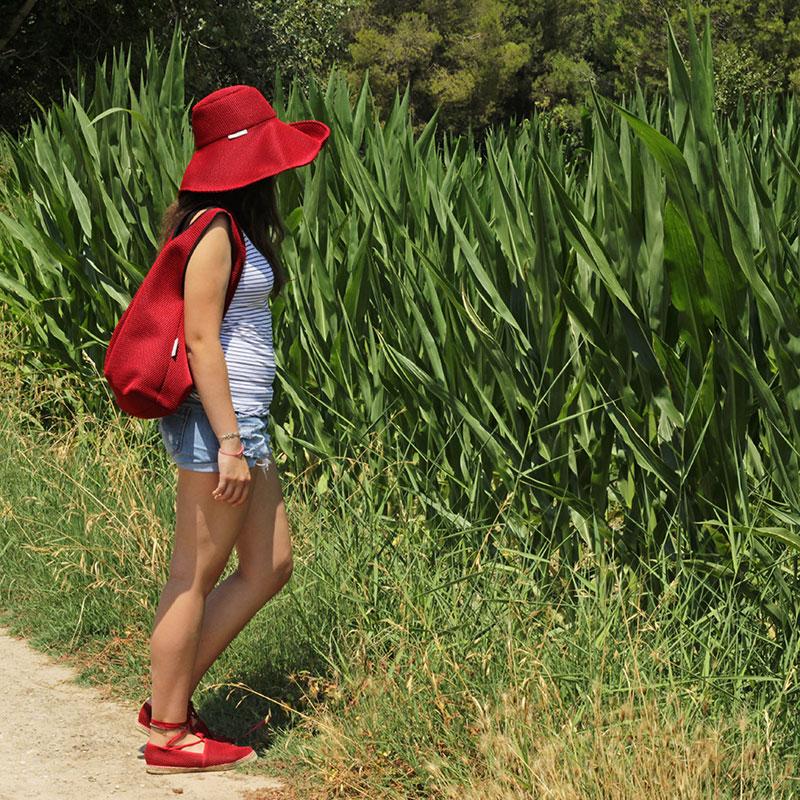 Look Bondesio de Pamela, Bolso Camiseta y Alpargatas, todo ello confeccionado en tejido transpirable rojo.
