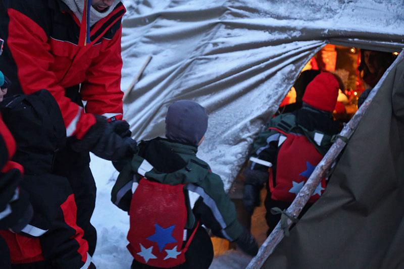 Mochila Brisa Estrellas de Bondesio en Laponia visitando a Papa Noel