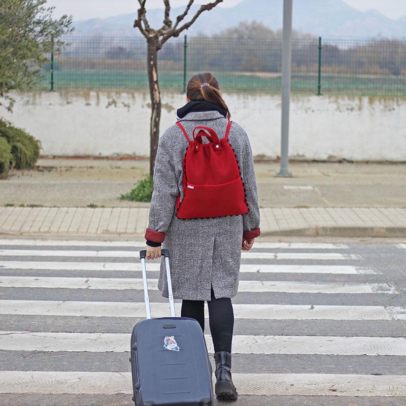 mujer con mochila roja