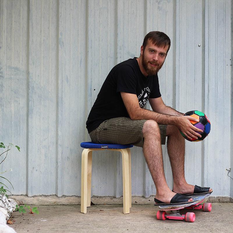 hombre sentado taburete ikea
