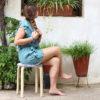 mujer sentada taburete ikea