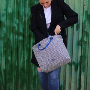Bolso Eugenia esta disponible en tienda bolsos es un bolso hecho a mano con asas cortas para llevar en el hombro o en la mano y una asa larga para llevarlo como bandolera
