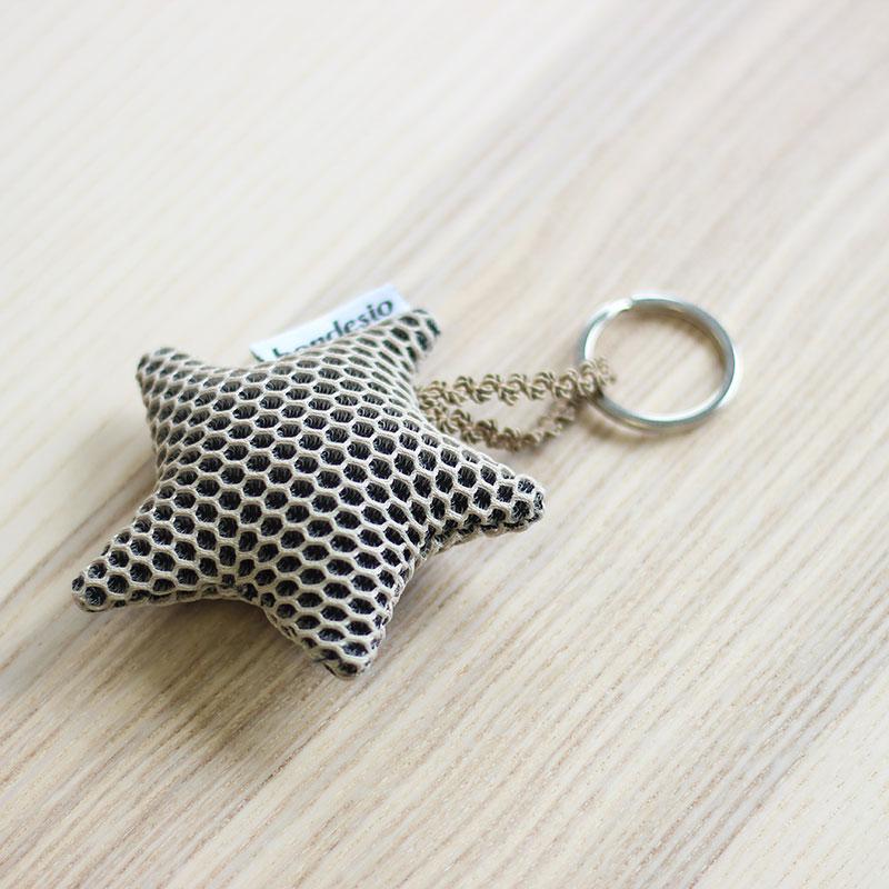 llavero estrella beige
