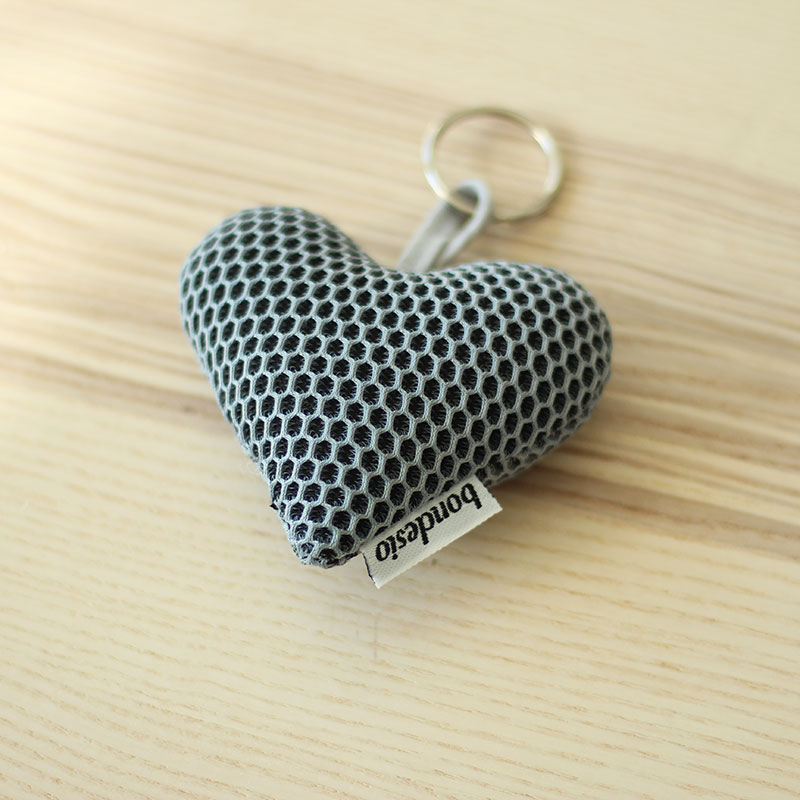 llavero corazon gris