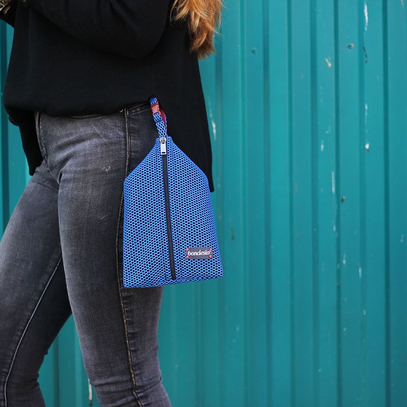bolso mano azul klein
