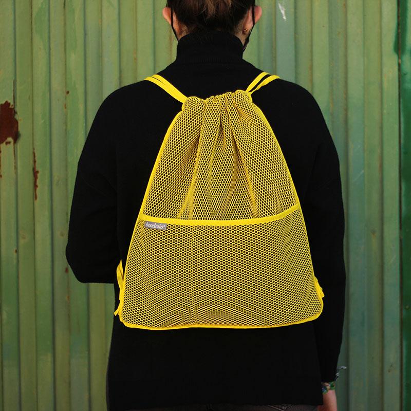mochila transpirable amarilla