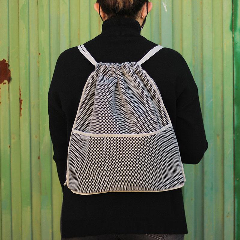 mochila transpirable gris